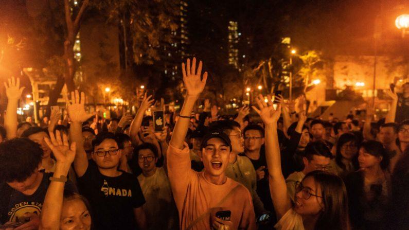 Los residentes locales celebran que Junius Ho Kwan-yiu ha perdido en las elecciones del Consejo de Distrito en las afueras de una mesa electoral en Hong Kong, el 25 de noviembre de 2019. (Billy H.C. Kwok/Getty Images)