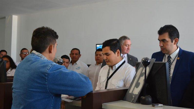 Primeiro cidadão da América Central deportado dos Estados Unidos realiza procedimentos nesta quinta-feira, na Cidade da Guatemala (EFE / Esteban Biba)