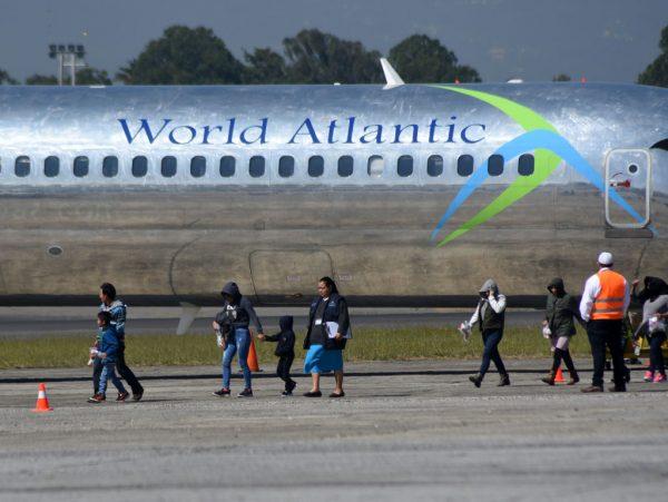 Migrantes guatemaltecos deportados dos Estados Unidos chegam à base da Força Aérea na Cidade da Guatemala em 21 de novembro de 2019 (ORLANDO ESTRADA / AFP via Getty Images)