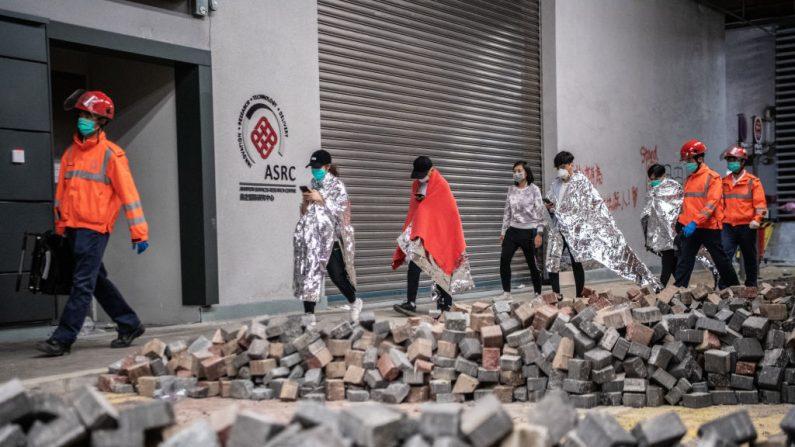 Médicos acompanham manifestantes até a Universidade Politécnica de Hong Kong em 20 de novembro de 2019 (Laurel Chor / Getty Images)