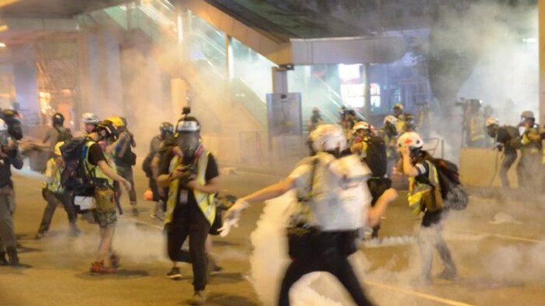 Polícia dispara gás lacrimogêneo contra jornalistas em um shopping center em Tsuen Wan, Hong Kong, em 10 de novembro de 2019 (Gordon Yu / Epoch Times)