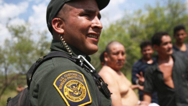 Agentes da Patrulha de Fronteira dos EUA monitoram imigrantes ilegais ao levá-los sob custódia em 22 de julho de 2014 perto de Falfurrias, Texas (John Moore / Getty Images)
