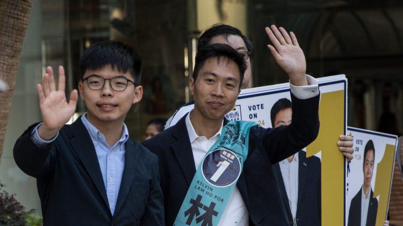 Joshua Wong faz campanha com seu candidato substituto Kelvin Lam em 23 de novembro de 2019 em Hong Kong (Chris McGrath / Getty Images)