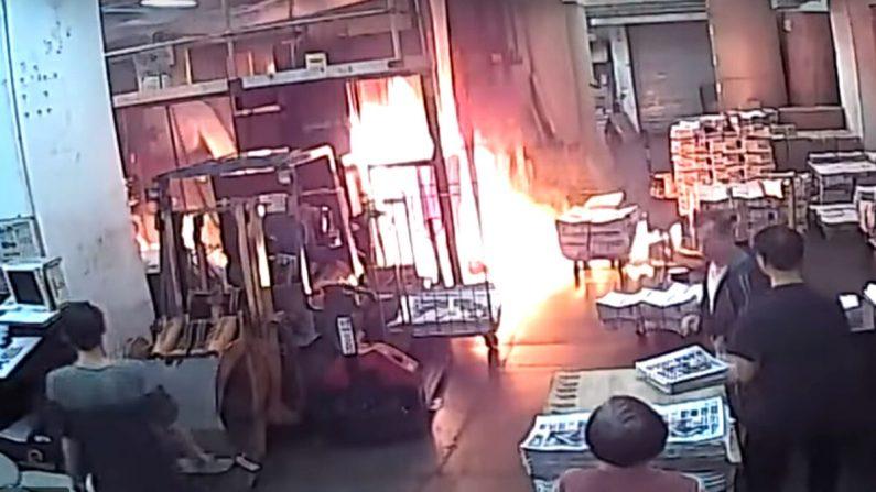 Imagens das câmeras de segurança mostram incêndio provocado por intrusos mascarados na sala de impressão do escritório do Epoch Times em Hong Kong em 19 de novembro de 2019 (Epoch Times)