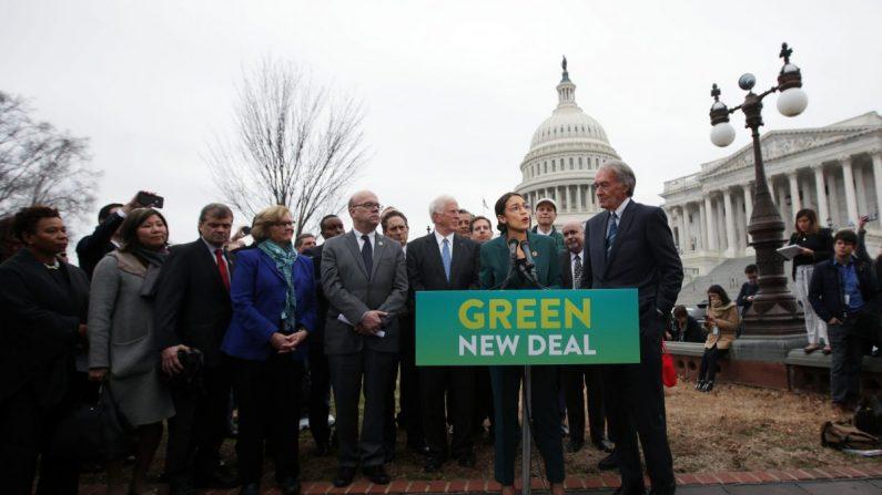 Deputada Alexandria Ocasio-Cortez (D-N.Y.) fala enquanto o senador Ed Markey (D-Mass.) (dir.) e outros democratas do Congresso ouvem durante uma coletiva de imprensa em frente ao Capitólio dos EUA em Washington, em 7 Fevereiro de 2019 (Alex Wong / Getty Images)