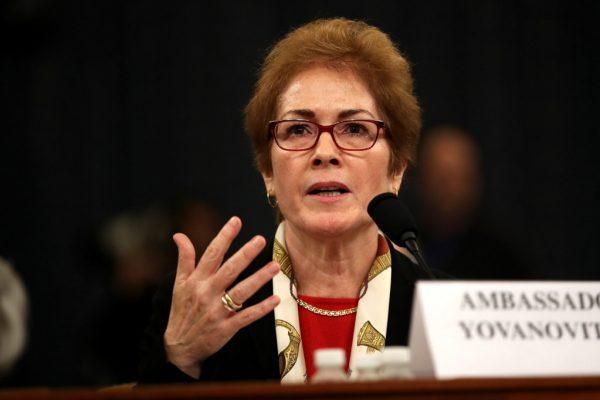 Embaixadora dos EUA Na Ucrânia, Marie Yovanovitch, testemunha perante o Comitê de Inteligência da Câmara dos Deputados no prédio da Longworth House em Capitol Hill em 15 de novembro de 2019 em Washington, DC. (Drew Angerer / Getty Images)