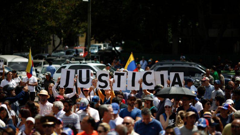 Centenas de pessoas exigem justiça como parte de uma manifestação em apoio ao presidente encarregado da Venezuela, Juan Guaidó, em 26 de janeiro de 2019 em Caracas, Venezuela (Marco Bello / Getty Images)