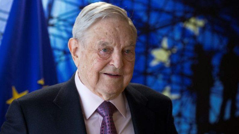 George Soros, fundador e presidente da Open Society Foundations, chega para uma reunião em Bruxelas, Bélgica, em 27 de abril de 2017 (Olivier Hoslet / AFP / Getty Images)