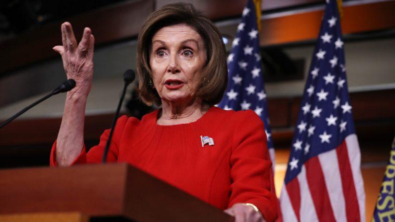 La presidenta de la Cámara de Representantes, Nancy Pelosi (demócrata de California), ofrece su conferencia de prensa semanal en el Centro de Visitantes de la Cámara de Representantes en el Capitolio de Estados Unidos en Washington el 14 de noviembre de 2019. (Foto de Chip Somodevilla/Getty Images)