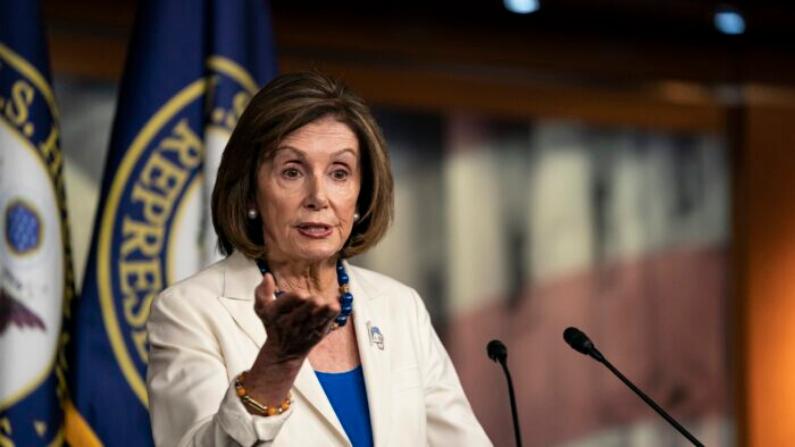 La presidenta de la Cámara de Representantes, Nancy Pelosi (D-Calif.), habla con los medios de comunicación durante su conferencia de prensa semanal en el Capitolio de Estados Unidos en Washington el 21 de noviembre de 2019. (Alex Edelman/Getty Images)