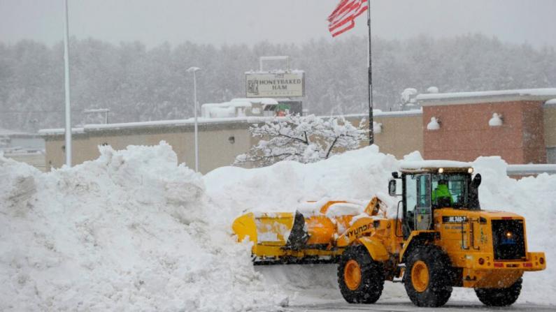 Maquina recoge 15 pulgadas de nieve en Estados Unidos. (JOSEPH PREZIOSO/AFP vía Getty Images)