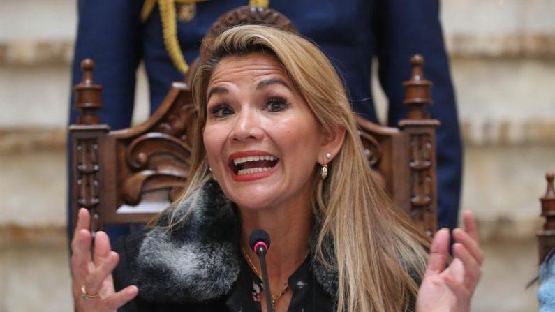 Na imagem, a presidente interina da Bolívia, Jeanine Áñez (EFE / Martín Alipaz)