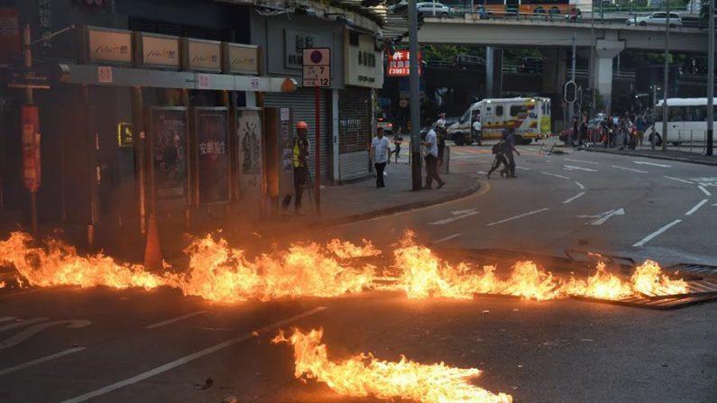 Chamas bloqueiam uma rua durante uma manifestação pró-democracia em Hong Kong, China, 02 de novembro de 2019 (EFE / EPA / MIGUEL CANDELA)