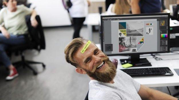 Un poco de humor puede mejorar tu vida laboral