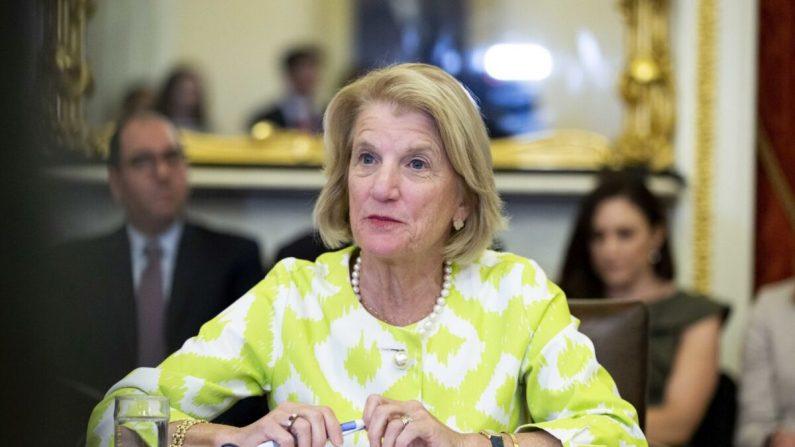 """La senadora Shelley Moore Capito (R-W.Va.), habla durante una mesa redonda con la Subcomisión de Relaciones Exteriores del Senado sobre la estrategia de Estados Unidos para la implementación de la Ley de Mujeres, Paz y Seguridad"""", en el Capitolio de Washington, el 11 de junio de 2019. (Anna Moneymaker/Getty Images)"""