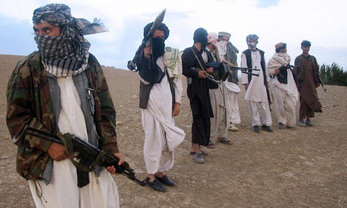 Terroristas talibanes en una colina de Maydan Shahr en la provincia de Wardak, al oeste de Kabul, Afganistán, el 26 de septiembre de 2008. (STR/AFP vía Getty Images)