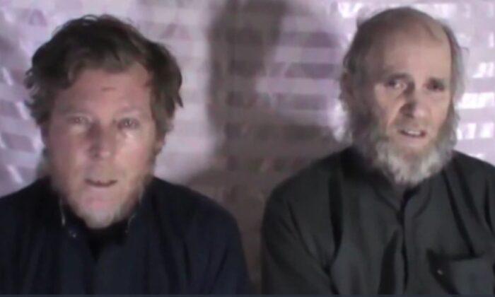 El australiano Timothy Weeks (Iz) y el ciudadano estadounidense Kevin King (De) en una imagen fija de un video de 2017 publicado por los talibanes. (Talibán)