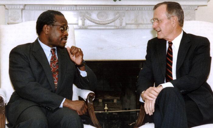 El presidente George Bush, a la derecha, se reúne con su candidato a la Corte Suprema, Clarence Thomason, en la Oficina Oval de la Casa Blanca en Washington, el 9 de octubre de 1991. (J. David Ake/AFP a través de Getty Images)