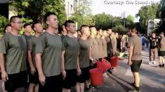 Soldados chinos aparecen por primera vez en protestas de Hong Kong y retiran adoquines de una calle