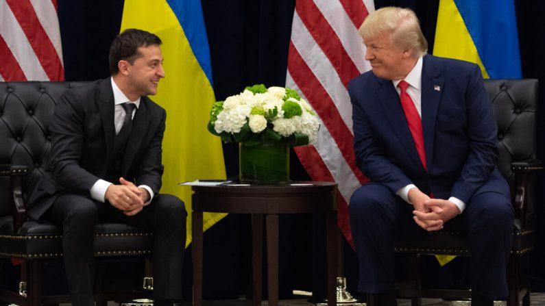 El presidente Donald Trump (D) y el presidente ucraniano Volodymyr Zelensky (I) hablan durante una reunión en Nueva York el 25 de septiembre de 2019. (Saul Loeb/AFP vía Getty Images)