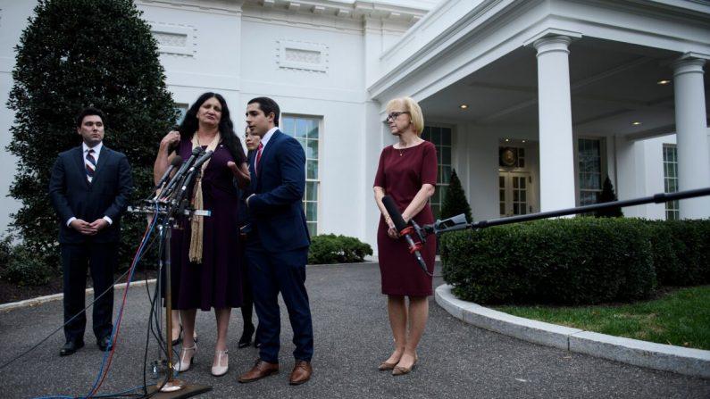 La gente habla con la prensa después de visitar al presidente Donald Trump en el Despacho Oval de la Casa Blanca, en reconocimiento del Día Nacional de las Víctimas del Comunismo el 7 de noviembre de 2019. (Brendan Smialowski/AFP vía Getty Images)
