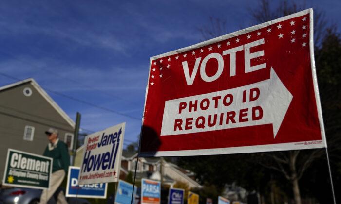 Votantes de Virginia acuden a las urnas en la Escuela Primaria Nottingham en Arlington, Virginia, el 5 de noviembre de 2019. (Win McNamee/Getty Images)
