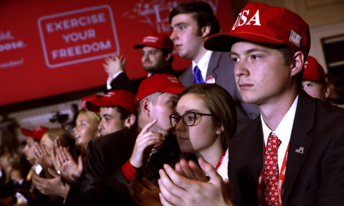 Jóvenes simpatizantes animan al presidente de Estados Unidos Donald Trump en el Gaylord National Resort and Convention Center en National Harbor, Maryland, el 23 de febrero de 2018 (Chip Somodevilla/Getty Images)