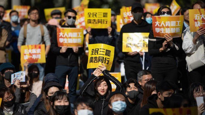 """La organización Human Rights Watch (HRW) lamentó las """"sanciones no especificadas"""" que le ha impuesto el régimen chino por su supuesta injerencia en las protestas en Hong Kong y pidió a Beijing que respete el derecho de los hongkoneses a votar y a presentarse a unas elecciones. EFE/EPA/JEROME FAVRE"""