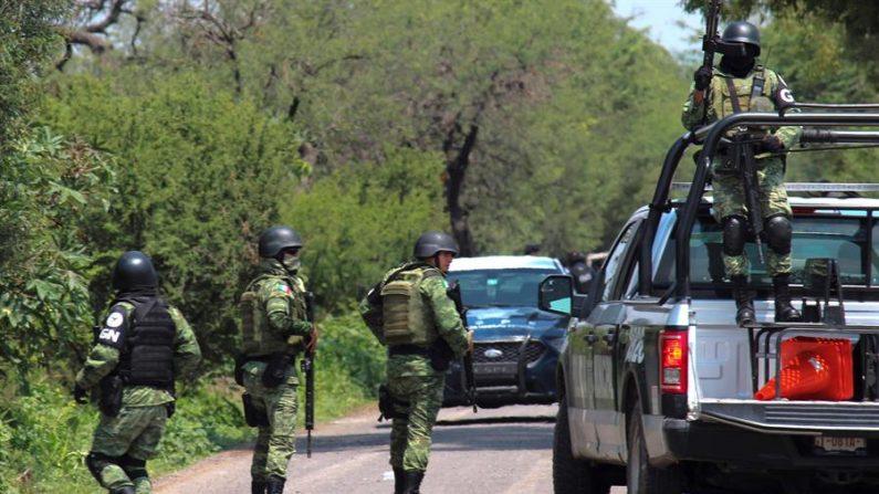 Efectivos de la Guardia Nacional durante operativos el 17 de diciembre de 2019 en la zona donde ocho personas resultaron muertas -un agente de la Guardia Nacional y siete civiles- tras un enfrentamiento a tiros entre fuerzas federales y hombres armados, en Irapuato, en el central estado de Guanajuato (México). (EFE/STR)