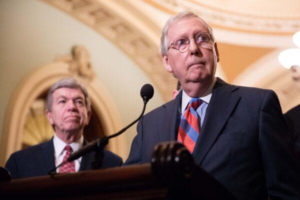 El líder de la mayoría del Senado, Mitch McConnell (R-Ky.) (R), habla con la prensa después de un almuerzo de política republicana del Senado