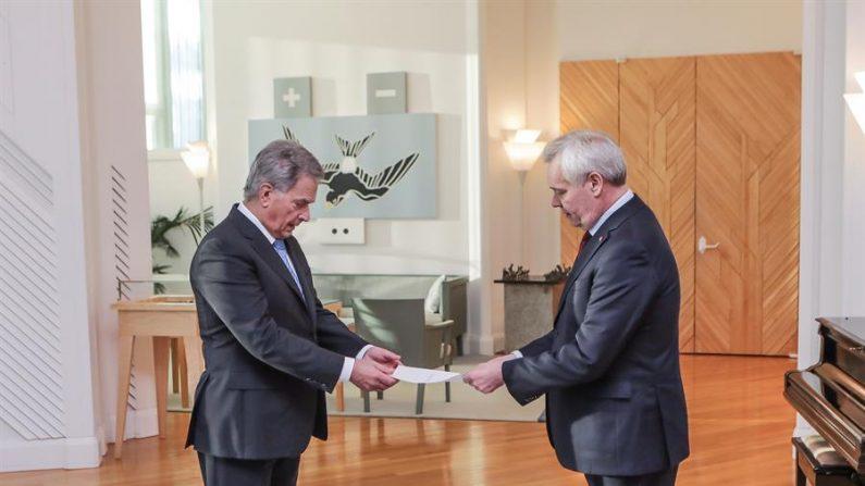 El primer ministro finlandés, Antti Rinne (d), presenta su dimisión al presidente finlandés, Sauli Niinistö (i) en Helsinki (Finlandia)