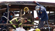 Mueren 12 personas al volcar un camión en el norte de México