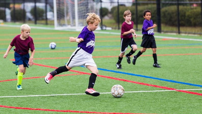 Los niños que toman en serio su deporte pueden esforzarse demasiado. (MarkThomas / Pixabay)