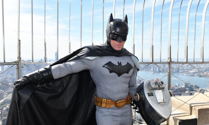Batman celebró su 80 cumpleaños visitando el rascacielos más emblemático de Ciudad Gótica, el Empire State Building de Nueva York, el 20 de septiembre de 2019. (Craig Barritt/Getty Images para Warner Bros Consumer Products)