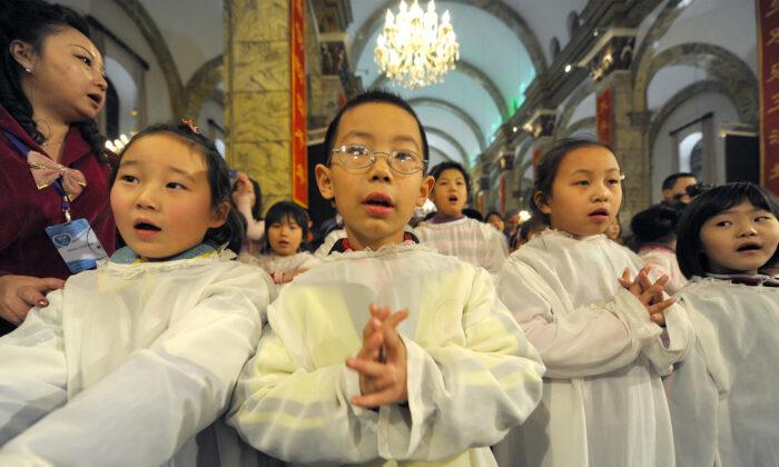 Niños chinos asisten a la comunión durante la Misa de Navidad en una iglesia católica Beijing, el 24 de diciembre de 2009 (Ilustración - Getty Images)