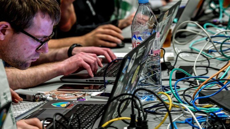 Pessoas trabalham com computadores durante o 10º Fórum Internacional de Segurança Cibernética, em Lille, em 23 de janeiro de 2018 (PHILIPPE HUGUEN / AFP / Getty Images)