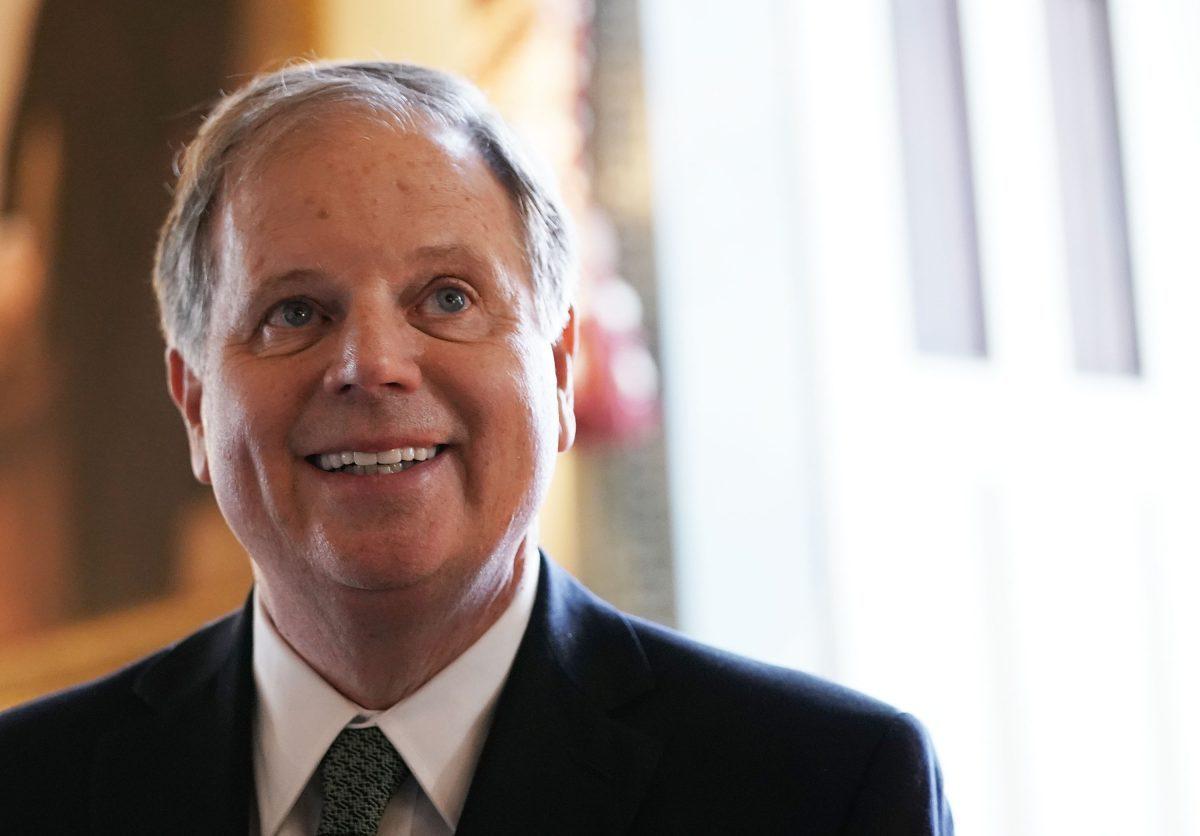 El senador Doug Jones (D-Ala.) en el Capitolio de Estados Unidos