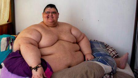 Homem mais gordo do mundo perde 728 quilos, sai da cama e caminha pela primeira vez em dez anos
