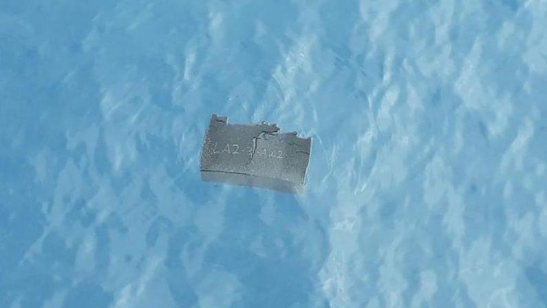 Fotografía cedida el 11 de diciembre de 2019 por la Fuerza Aérea de Chile (FACh) que muestra un pedazo de espuma flotando cerca del área donde desapareció un avión el 9 de diciembre de 2019 camino a la Antártida con 38 personas a bordo. EFE/ FACh