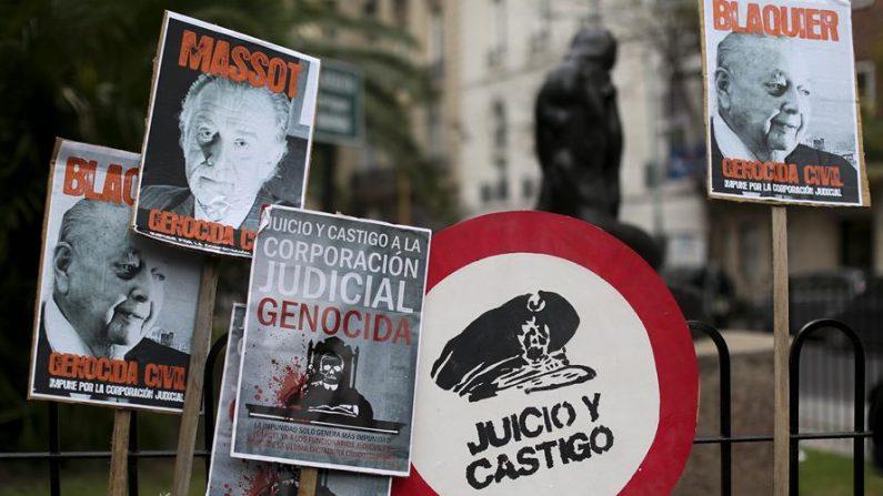 Carteles de denuncia durante una movilización de hijos de desaparecidos durante la dictadura militar argentina. EFE/David Fernández/Archivo