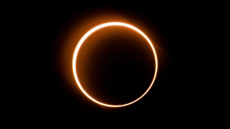 """La luna se mueve frente al sol en un raro eclipse solar de """"anillo de fuego"""", vista desde Tanjung Piai, Malasia, el 26 de diciembre de 2019. (SADIQ ASYRAF/AFP/Getty Images)"""