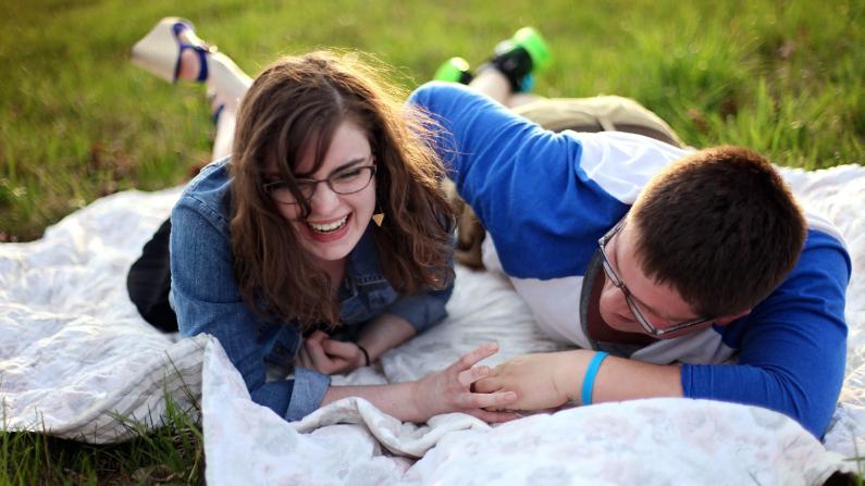 Jugar puede brindarnos una sensación de seguridad, ofrecer una forma de comunicarnos e incluso ayudarnos a resolver conflictos. (Leah Kelley/ Pixnio/ Public domain)