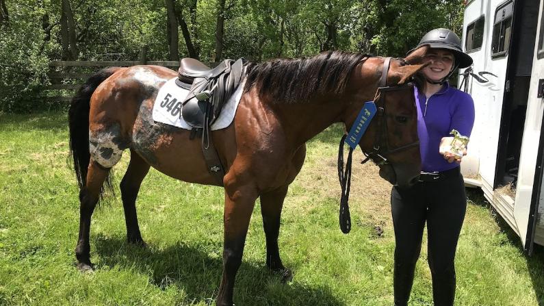 Avery Carlson con su caballo Emma. Carlson rescató a Emma en marzo de 2017. (Cortesía de Cristen Carlson)