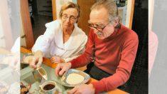 Las personas mayores necesitan mantenerse hidratadas: mira cómo