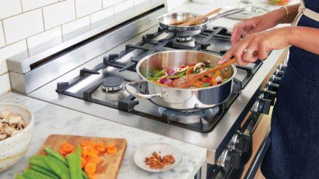 Preparando comidas saludables y alegres para una familia exigente