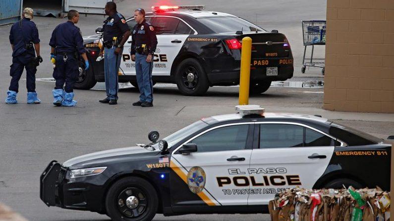 La policía está afuera mientras investiga el tiroteo masivo que ocurrió en un Walmart en El Paso, Texas, EE. UU., el 06 de agosto de 2019. EFE/EPA/Larry W. Smith/Archivo