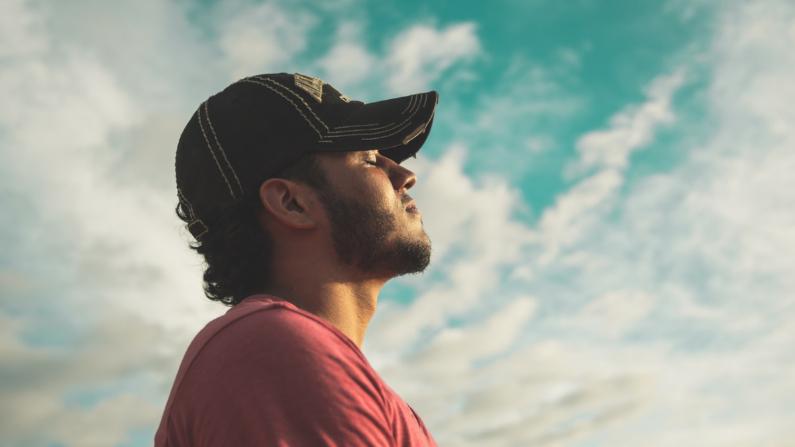 Los hábitos fuertes a menudo se activan inconscientemente en respuesta a señales sociales o ambientales.  (Kelvin Valerio/Pexels)
