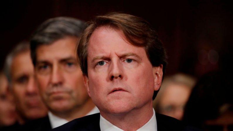 El abogado de la Casa Blanca Don McGahn escucha al nominado a la Corte Suprema de los EE.UU. Brett Kavanaugh testificar ante una audiencia de confirmación del Comité Judicial del Senado en el Capitolio en Washington el 27 de septiembre de 2018. (JIM BOURG/AFP via Getty Images)