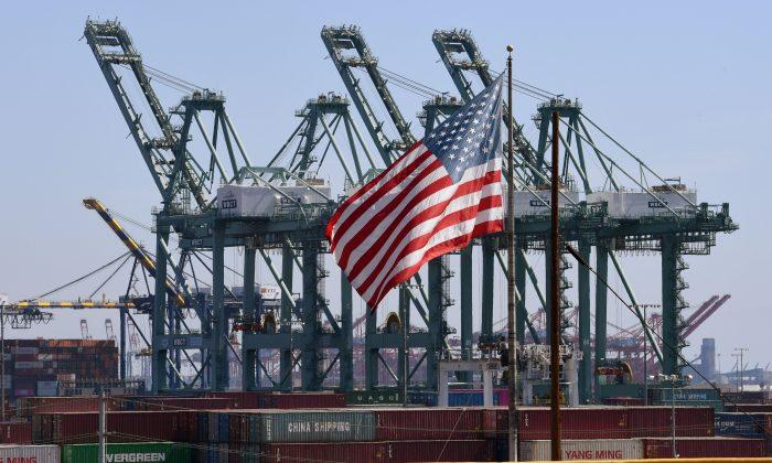 La bandera estadounidense ondea entre los contenedores marítimos chinos en el Puerto de Long Beach en el Condado de Los Ángeles, el 29 de septiembre de 2018. (Mark Ralston/AFP/Getty Images)