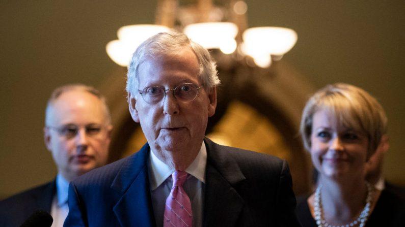 WASHINGTON, DC - 4 DE OCTUBRE: El Líder de la Mayoría del Senado Mitch McConnell (R-KY) deja el piso del Senado y camina a su oficina en el Capitolio, el 4 de octubre de 2018 en Washington, DC. (Drew Angerer/Getty Images)